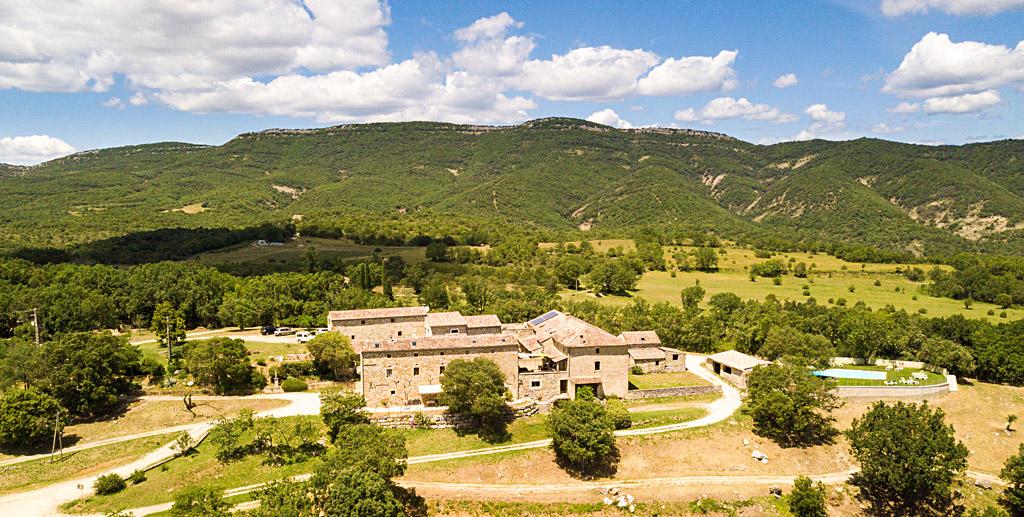 """Vue sur le sommet de """"Baumelardière"""" depuis le Domaine de l'Astic en Ardèche"""