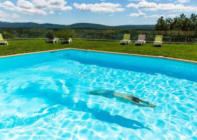 Plongeon dans la piscine du Domaine de l'Astic en Ardèche