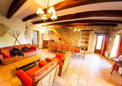 L'espace salon avec cheminée du gîte Le figuier au Domaine de l'Astic en Ardèche