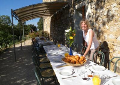 """Préparation du petit déjeuner sur la terrasse du gîte """"Les 3 Eaux"""""""