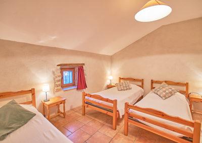 Chambre 3 personnes du gîte Le Palmier au Domaine de l'Astic en Ardèche