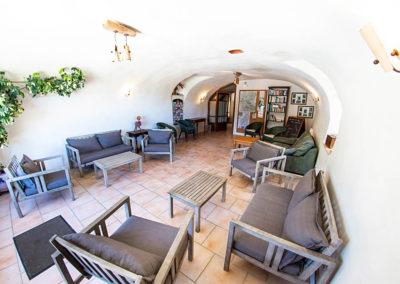 Le salon du Gîte Les 3 Eaux au Domaine de l'Astic en Ardèche