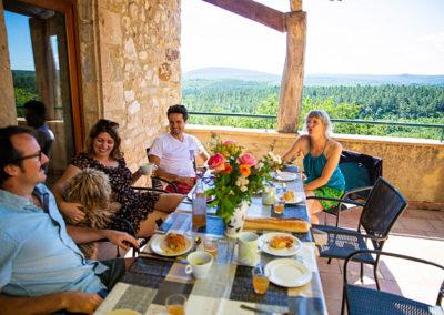 La terrasse du gîte Le Palmier au Domaine de l'Astic en Ardèche