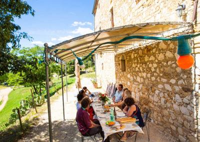 Grande terrasse du Gîte Les 3 Eaux au Domaine de l'Astic en Ardèche